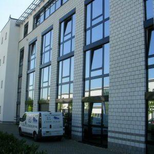 Versiegelung der Fensteranschlussfugen eines modernen Verwaltungsgebäudes mit Sichtmauerwerkfassade