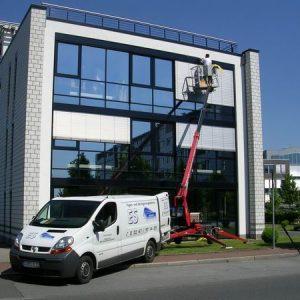 Einsatz einer leistungsfähigen Hebebühne für hohe Außenfassaden