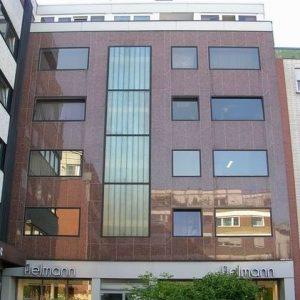 Erneuerung der Silikonfugen der gesamten Naturstein-Fassade eines Geschäftshauses in Troisdorf
